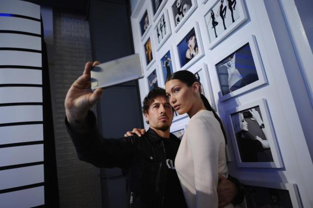 Steven Klein and Bella Hadid at Samsung's product unveil last night. (Photo: Ilya Savenok / Getty Images for Samsung)