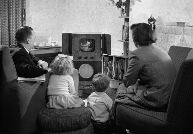 20th June 1950: A family watching television at home. (Photo by Keystone Features/Getty Images)
