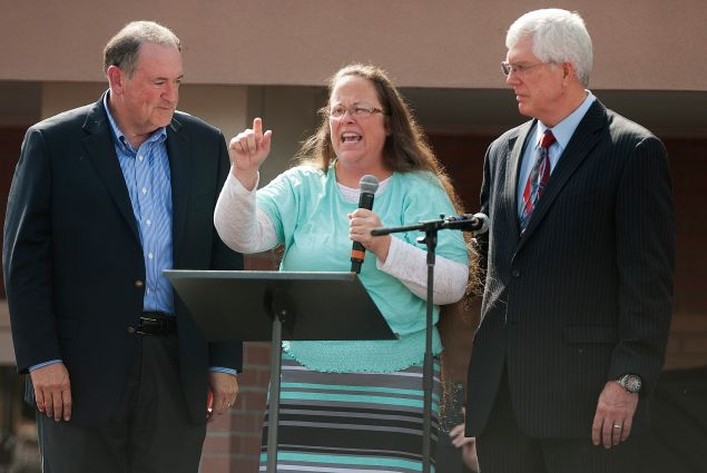Ms. Davis next to her attorney Mat Staver (R) and Republican presidential candidate Mike Huckabee (L) while speaking in front of the Carter County Detention Center in Grayson, Kentucky yesterday. (Photo: Getty)