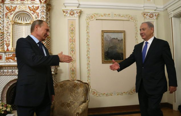 MOSCOW, RUSSIA - SEPTEMBER 21: Russian President Vladimir Putin (L) greets Israel's Prime Minister Benjamin Netanyahu (R) during their talks in Novo-Ogaryovos State Residence on September 21, 2015 in Moscow, Russia. Netanyahu is on a one-day visits to Moscow to meet with Russian President Vladimir for talks, which are expected to focus on Russia's military deployments in Syria. (Photo by Sasha Mordovets/Getty Images)