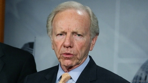 """WASHINGTON, DC - JANUARY 31:  Senate Homeland Security and Governmental Affairs Committee Chairman Joe Lieberman (I-CT)(R) and U.S. U.S. Sen. Scott Brown (R-MA)(L) participate in a during a news conference on Congressional insider trading on January 31, 2012 in Washington, DC. U.S. Sen. Lieberman to discussed Senate action on """"The Stop Trading on Congressional Knowledge Act."""" That would barr Congress and their staff from using information they obtain as part of their jobs to profit from securities trades.  (Photo by Mark Wilson/Getty Images)"""