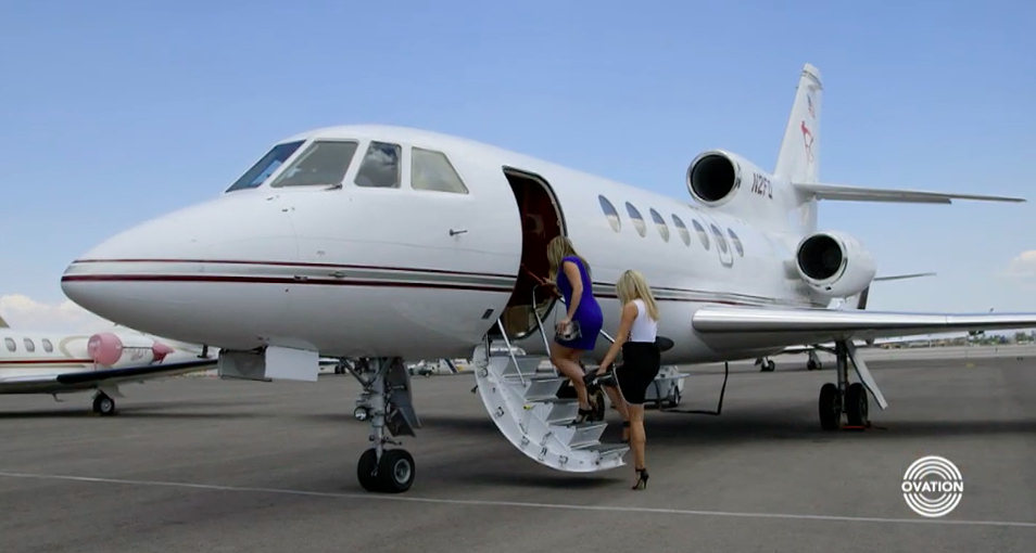 Miller Gaffney and Carol Lee Brousseau boarding a private jet in the opener for 'Art Breakers.' (Image still courtesy of OvationTV)