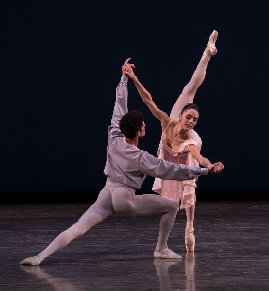 Patricia Delgado and Renan Cerdeiro in Allegro Brillante. (Photo © Daniel Azoulay)