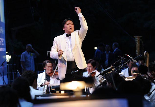 Shanghai Symphony Conductor Long Yu (Photo by Jason Kempin/Getty Images)