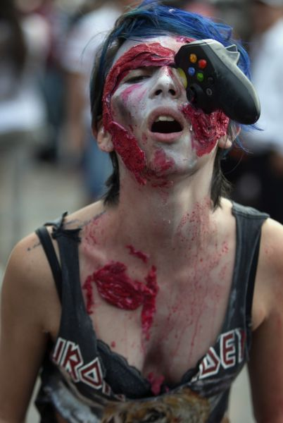 "A woman dressed up as zombie takes part in a ""Zombie Walk"" in Mexico City on November 23, 2013. According to organizers, 10,000 people are taking part in the event. AFP PHOTO/Alfredo Estrella"