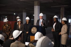 Mayor Bill de Blasio announcing funding for a to turn the Brooklyn Navy Yard's Building 77 into a modern manufacturing facility (Photo: Demetrius Freeman/Mayoral Photography Office)
