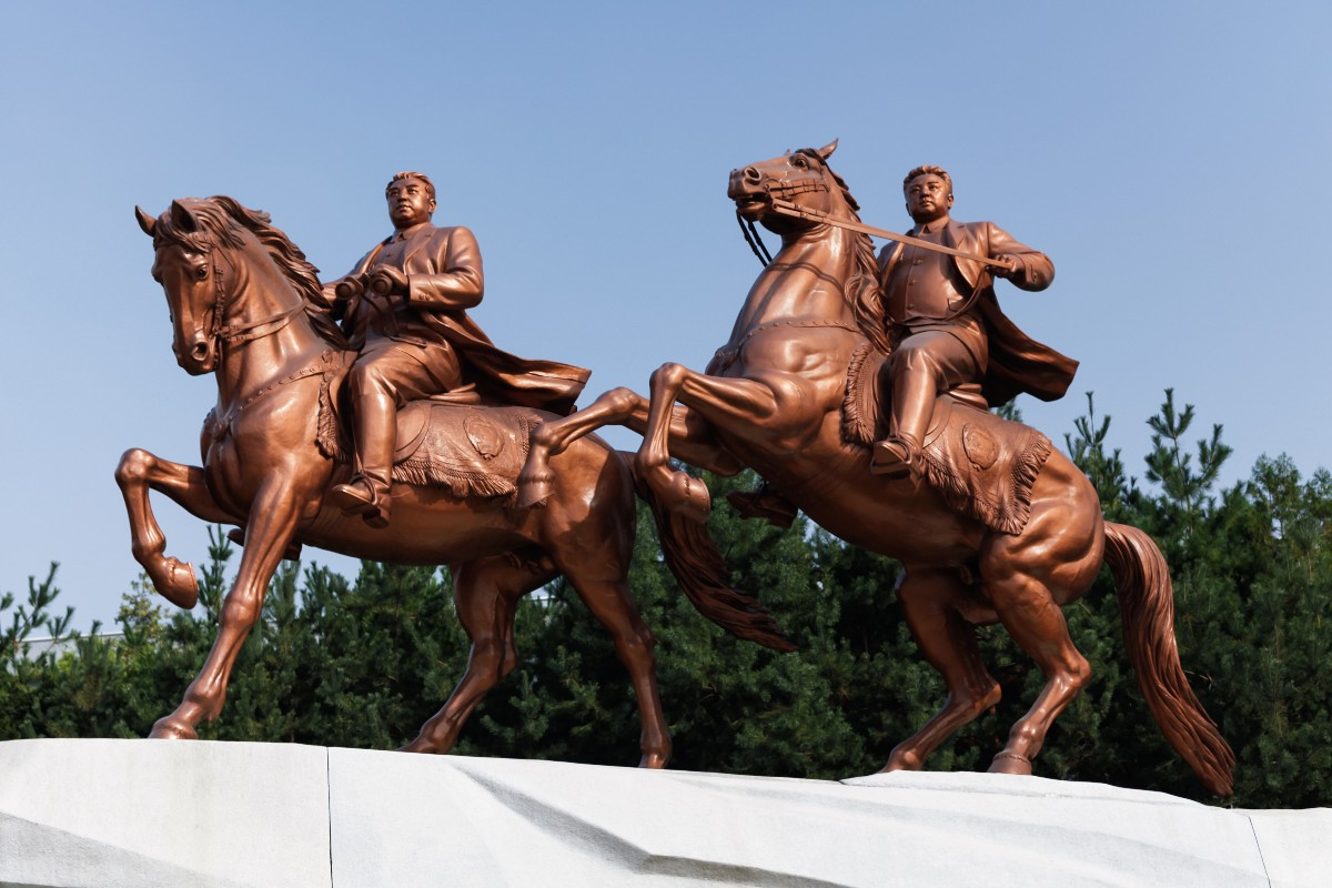 An equestrian tribute to the Dear Leaders