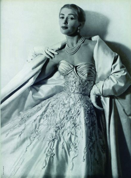 An advertisement for the Balmain and Lesage collection of 1954 (Photo: Les Editions Jalou, L'Officiel, 1954).