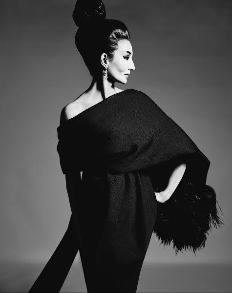 Jacqueline de Ribes in Yves Saint Laurent, 1962. (Photo: Courtesy of The Metropolitan Museum of Art, by Richard Avedon, ©The Richard Avedon Foundation)