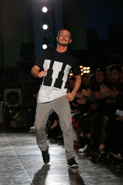 Designer Jonathan Saunders takes a bow (Photo: Tristan Fewings/Getty Images).