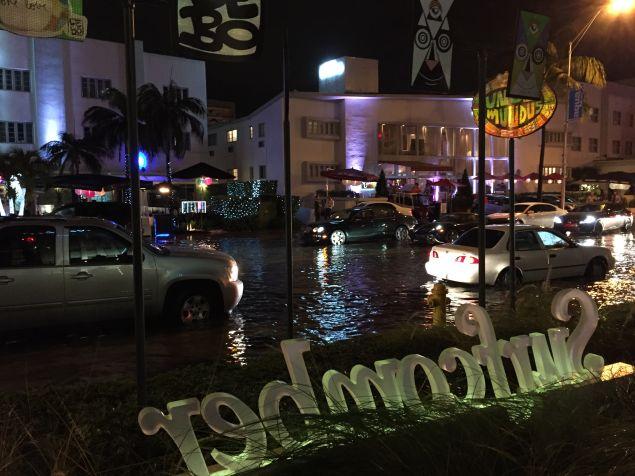 Flooding on Collins Avenue in Miami Beach on Thursday Night. (Photo: Alanna Martinez)