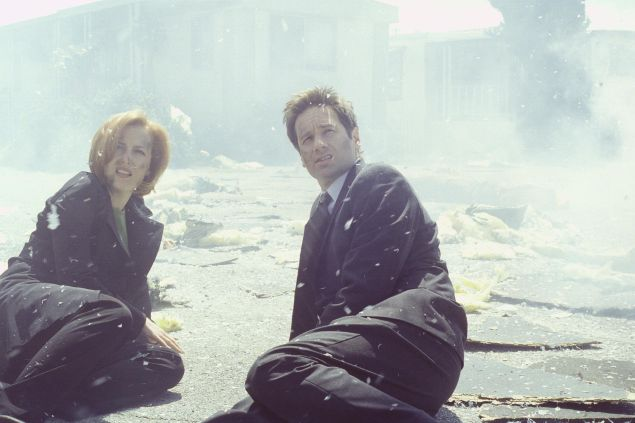 THE X-FILES - SEASON 7: Agents Scully (Gillian Anderson, L) and Mulder (David Duchovny, R) witness the repercussions of an unearthy force unleased on a small town in the ÒJe SouhaiteÓ episode of THE X-FILES which originally aired Sunday, May 14, 2000 (9:00-10:00 PM ET/PT) on FOX. ©2000FOX BROADCASTING CR:Larry Watson/FOX