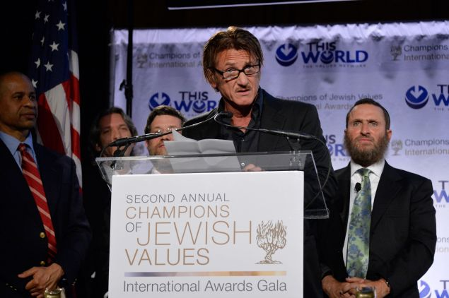 Sean Penn accepts Champion of Jewish Justice Award during World Values Network second annual gala dinner in 2014. (Photo by Ben Gabbe/Getty Images for This World Jewish Values Network)
