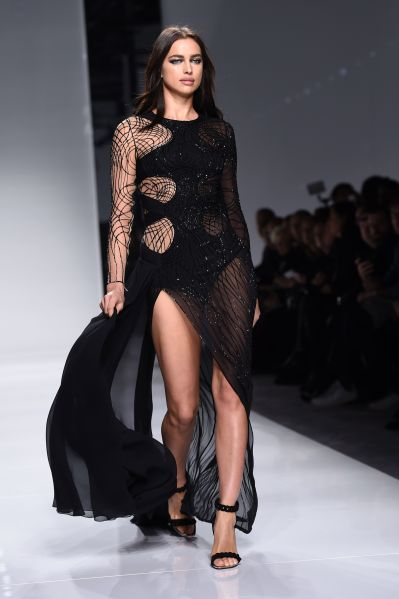 A look from Atelier Versace's Spring 2016 runway (Photo: Miguel Medina/AFP/Getty Images).