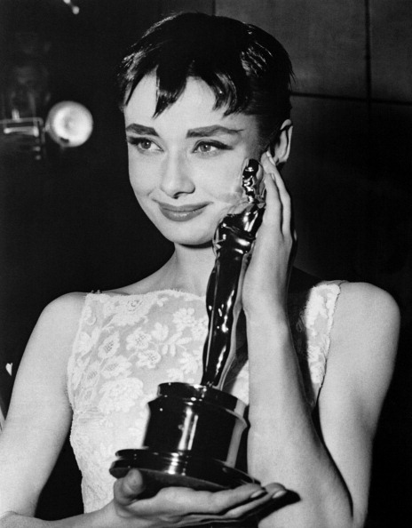 "British actress Audrey Hepburn poses with her Oscar for Best Actress for the film ""Roman Holiday"" on March 25, 1954 during the 26th annual Academy Awards in New York City. AFP PHOTO"