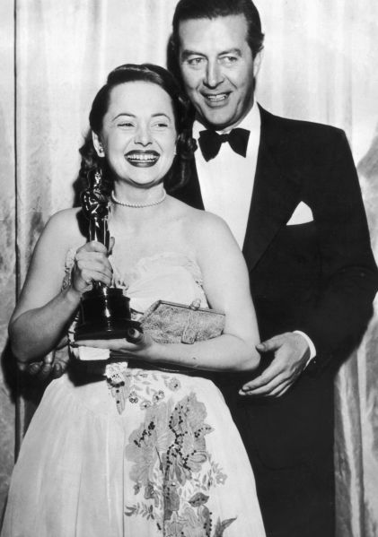 19th March 1947: Olivia de Havilland receives her Best Actress Oscar from actor Ray Milland (1907 - 1986) for her performance in 'To Each his Own', directed by Mitchell Leisen.