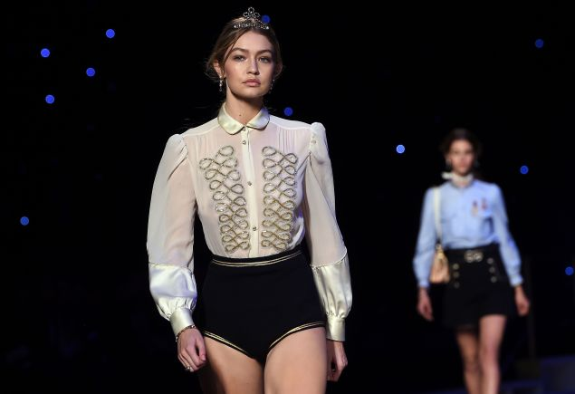 US model Gigi Hadid presents a creation by Tommy Hilfiger during the Fall 2016 New York Fashion Week on February 15, 2016, in New York. / AFP / Jewel Samad (Photo credit should read JEWEL SAMAD/AFP/Getty Images)