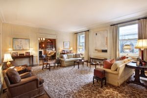 The palatial—and very wide—living room of a listing the duo share at 998 Fifth Avenue.