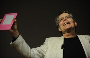 Stephen King with his custom Amazon Kindle device in 2009.