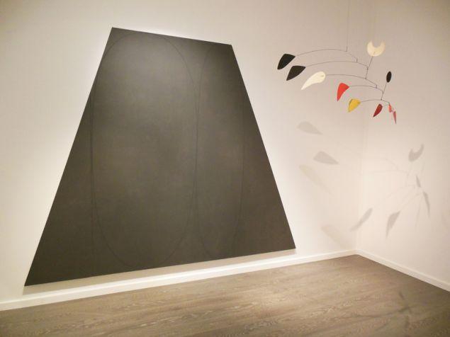 Robert Mangold, Plane/Figure VI, 1992 and Alexander Calder, La mezza Luna per un lunatico, 1967.