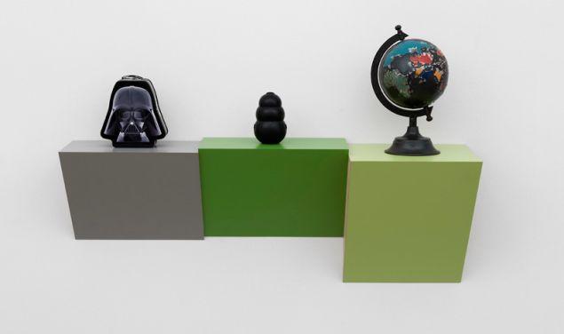 Haim Steinbach, Untitled (lunchbox, kong, globe), 2015.