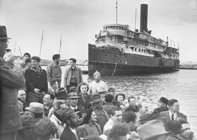 Jewish refugees arrive in Israel in 1948.