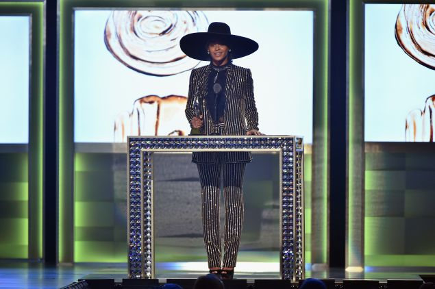 Beyonce accepts her Fashion Icon Award