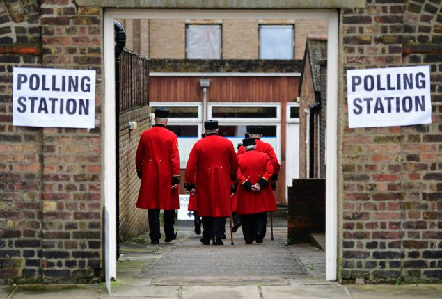 Chelsea pensioners are ushered into a polling station to cast their ballot papers at the Royal Hospital in Chelsea, west London on June 23, 2016, as Britain holds a referendum to vote on whether to remain in, or to leave the European Union (EU). Millions of Britons began voting Thursday in a bitterly-fought, knife-edge referendum that could tear up the island nation's EU membership and spark the greatest emergency of the bloc's 60-year history. / AFP / LEON NEAL