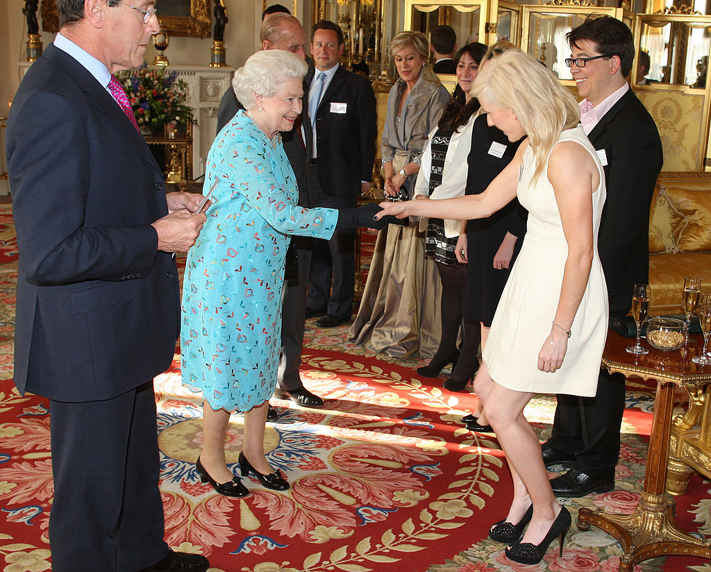 Ellie Goulding casually greeting a future family member.