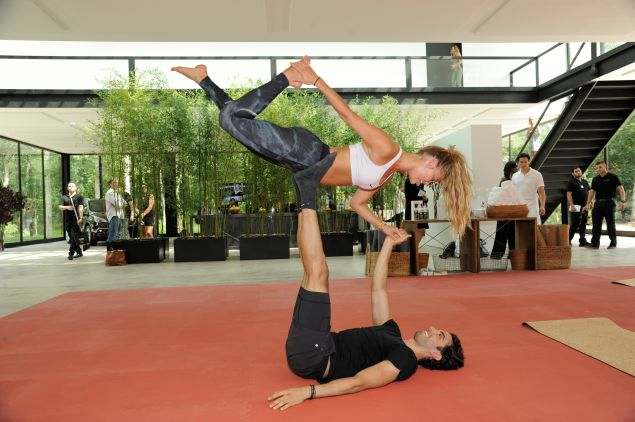 Akin Akman does some fitness with Nina Agdal