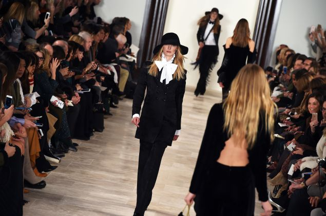 Models present creations by Ralph Lauren during the Fall 2016 New York Fashion Week on February 18, 2016, in New York. / AFP / Jewel Samad (Photo credit should read JEWEL SAMAD/AFP/Getty Images)