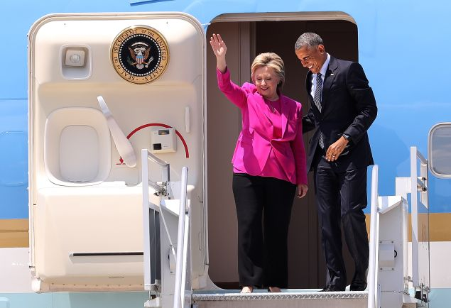 Democratic presidential candidate former Secretary of State Hillary Clinton (L) walks off of Air Force One with U.S. president Barack Obama on July 5, 2016