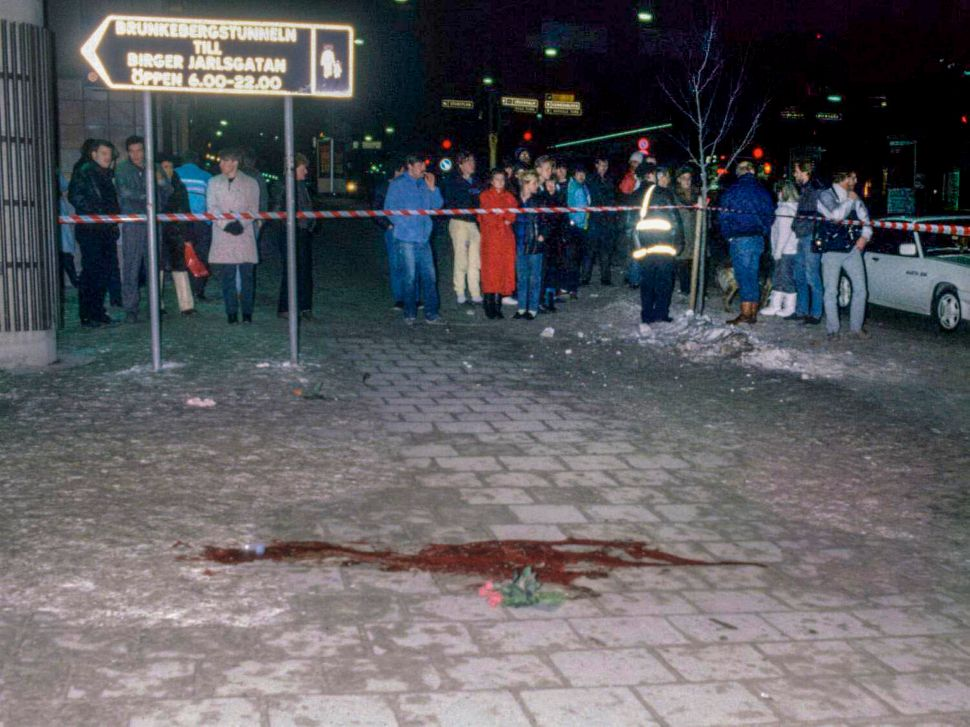 This file picture taken on March 1, 1986 shows a pool of blood and flowers at Sveavagen in Stockholm where the assassination of Prime Minister Olof Palme took place. On February 28, 2016 is the 30th anniversary of his death. / AFP / TT News Agency / Bjorn Elgstrand/TT / Sweden OUT