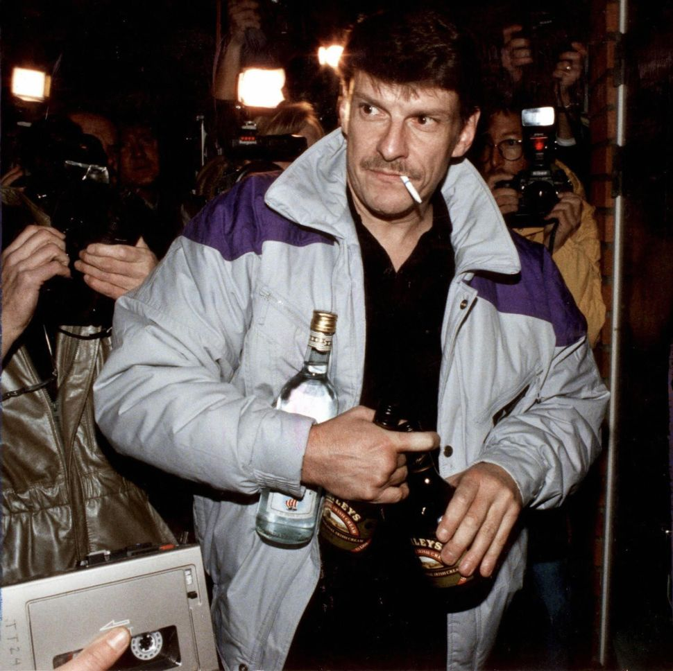 STOCKHOLM, SWEDEN: (FILES) picture dated 12 October 1998 of Christer Pettersson, arriving at his flat in the Stockholm suburb of Sollentuna after being acquitted on appeal for the 1986 murder of Swedish Prime Minister Olof Palme. Pettersson carries bottles of liquor to celebrate the acquittal. Pettersson died 29 September 2004, after being in coma since September 16. AFP PHOTO / PRESSENS BILD / ANDERS HOLMSTROM