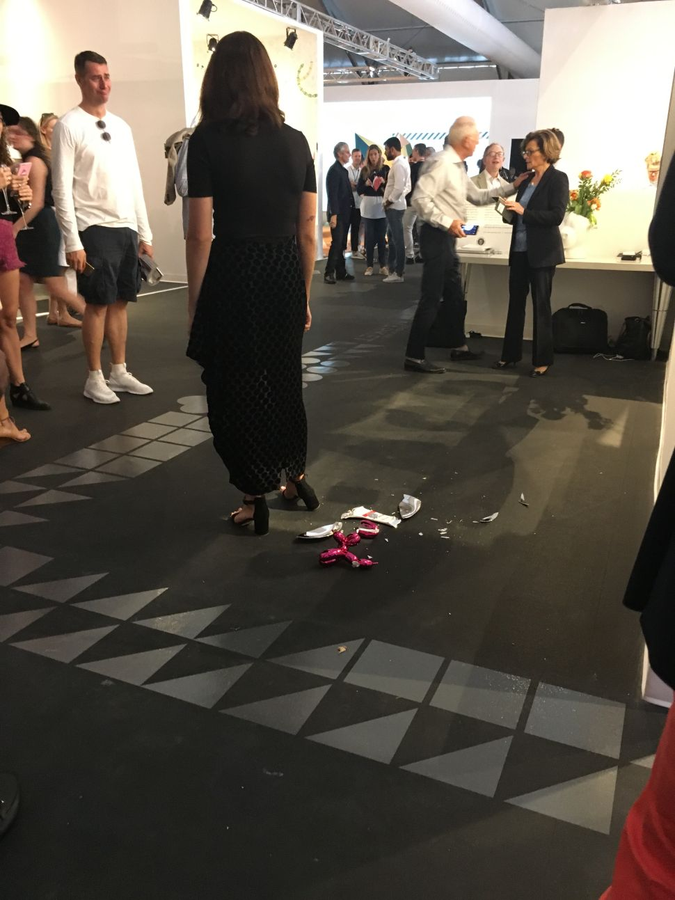 A broken Jeff Koons Ballon Dog