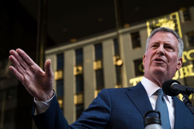 New York City mayor Bill de Blasio speaks to the press in front of Trump Tower after his meeting with president-elect Donald Trump, November 16, 2016 in New York City.