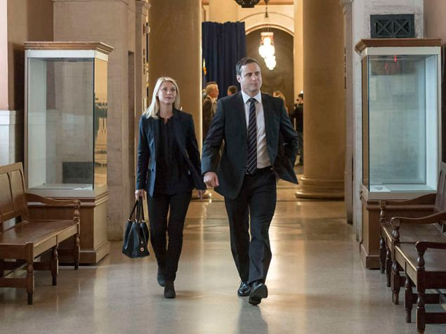 Claire Danes as Carrie Mathison and Dominic Fumusa as Ray Conlin in Homeland.