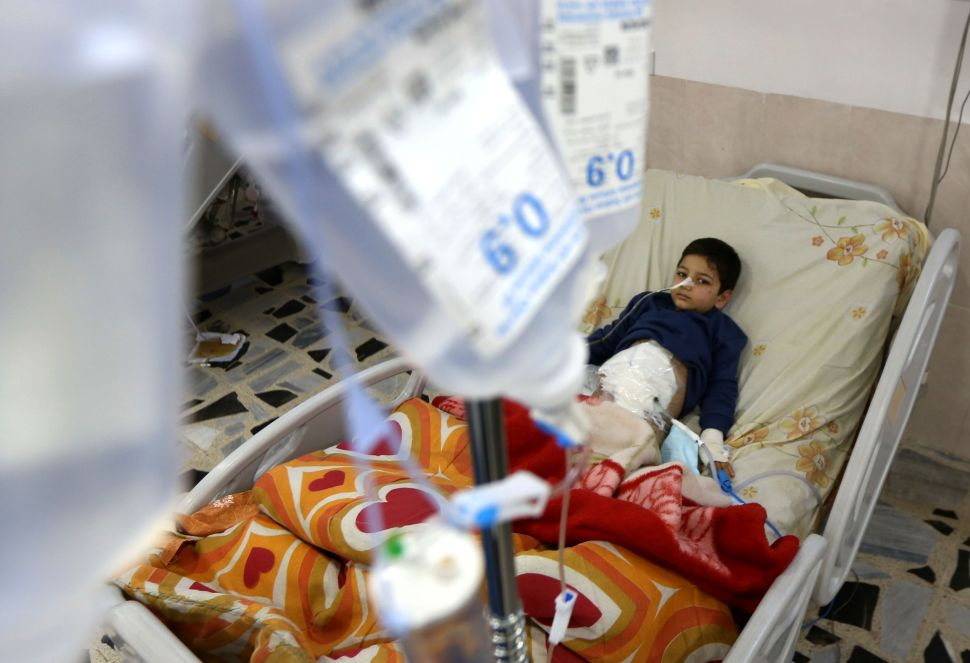 TOPSHOT - A wounded Iraqi child who was injured during the ongoing fighting between Iraqi forces and jihadists of the Islamic State (IS) group in Mosul, receives medical treatment at a hospital in Arbil, the capital of Iraqs autonomous Kurdistan region, on November 24, 2016. Iraqi forces have broken into jihadist-held Mosul and recaptured neighbourhoods inside the city, but a month into their offensive, there are still weeks or more of potentially heavy fighting ahead. / AFP / SAFIN HAMED