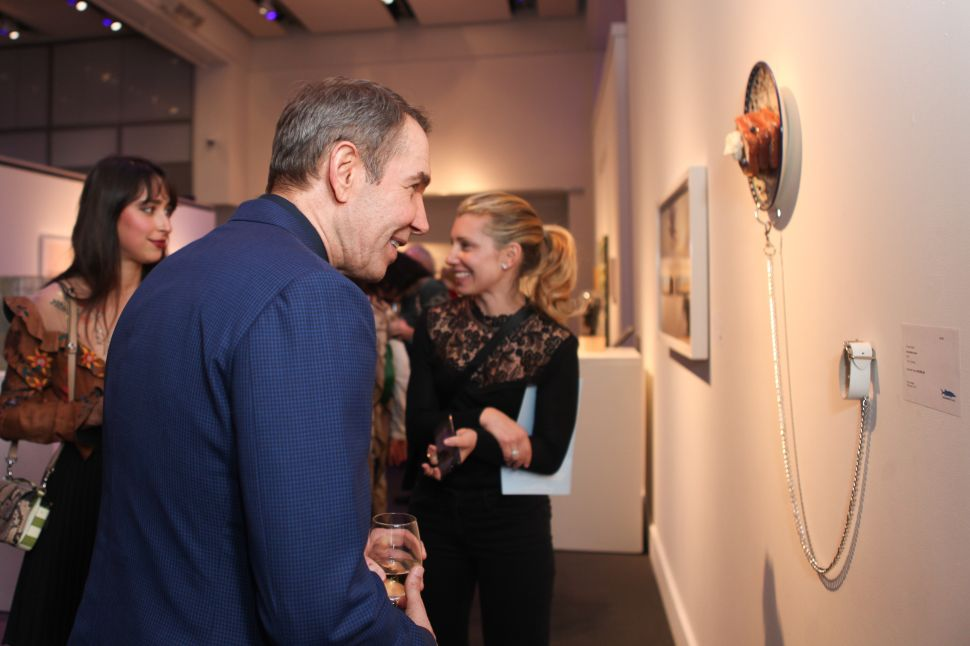 Jeff Koons admire a work by Chloe Wise.