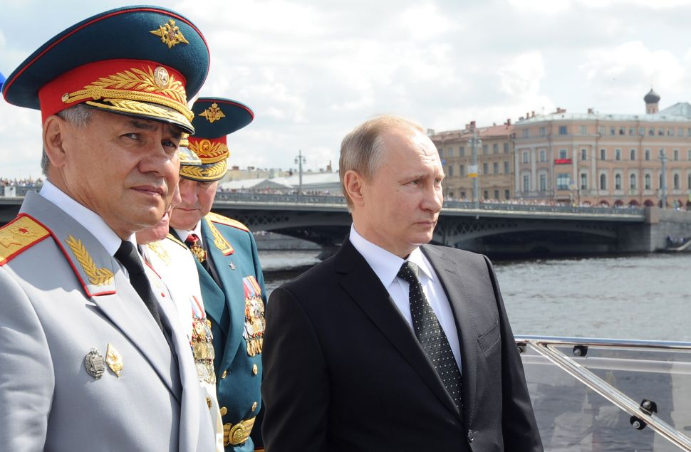 Russian President Vladimir Putin (R) and Defence Minister Sergei Shoigu (L) attend the celebration of Russia's Navy Day in Saint Petersburg on July 31, 2016. / AFP / SPUTNIK / Mikhail KLIMENTIEV
