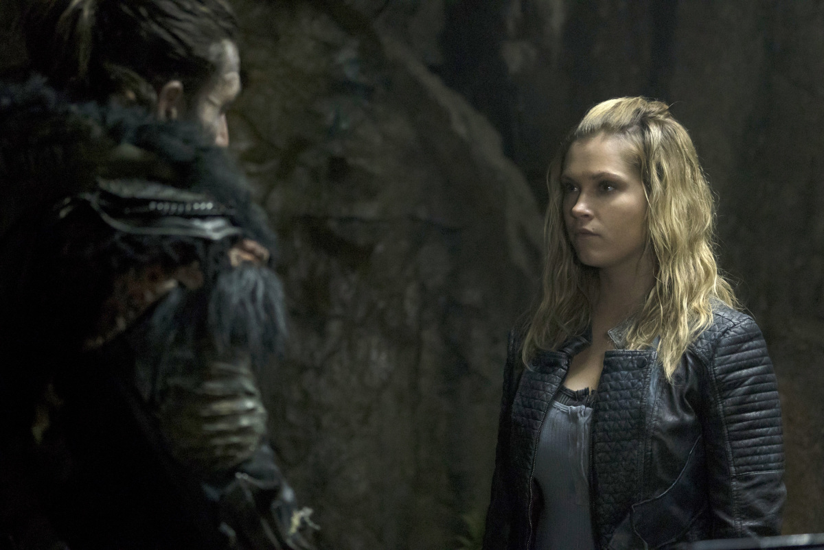 Zachary McGowan as Roan and Eliza Taylor as Clarke.