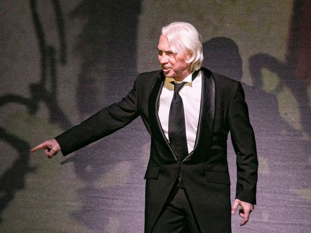Baritone Dmitri Hvorostovsky makes a moving surprise appearance at the Metropolitan Opera's gala honoring Lincoln Center.