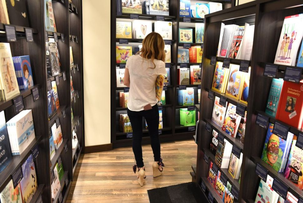 Customers arrive at Amazon Books in Manhattan's Time Warner Center on May 25, 2017 as the online retailing giant Amazon.com Inc. opens its first New York City bookstore. / AFP PHOTO / TIMOTHY A. CLARY