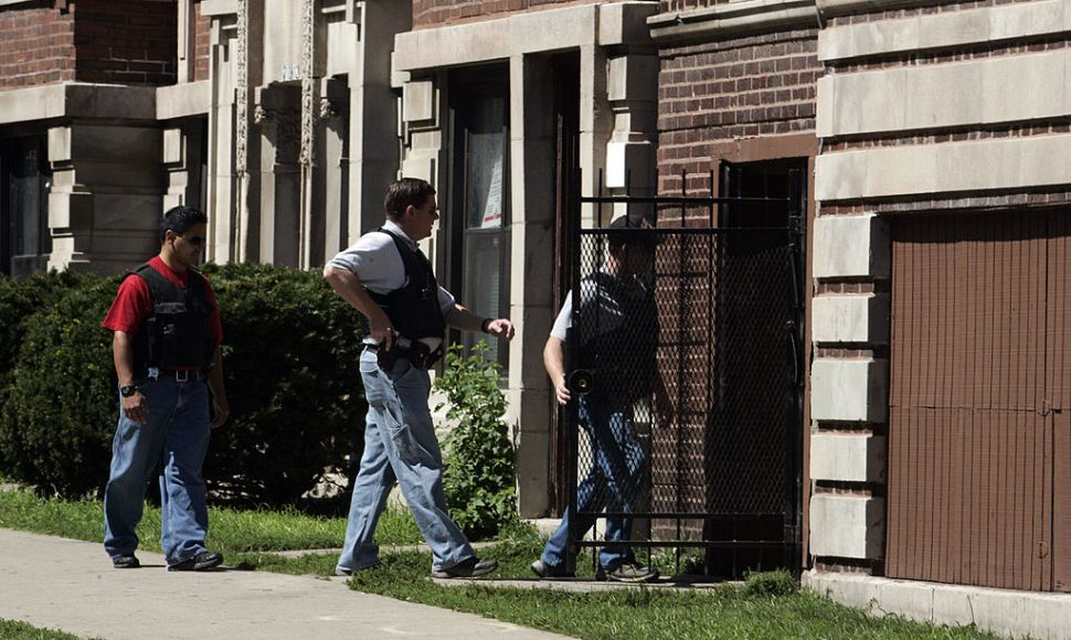 Chicago police search a building during a standoff with a bank robber 30 August 2007. Police searched the bank in Chicago's North Side where a gunman reportedly took hostages. The FBI said about six hostages had been taken and that all of them had been released. The FBI did not have any information on the suspect, and Chicago police said no arrests had been made. AFP PHOTO/JEFF HAYNES (Photo credit should read JEFF HAYNES/AFP/Getty Images)