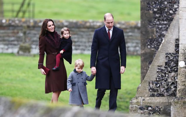 BUCKLEBURY, BERKSHIRE - DECEMBER 25: Catherine, Duchess of Cambridge and Prince William, Duke of Cambridge, Prince George of Cambridge and Princess Charlotte of Cambridge arrive to attend the service at St Mark's Church on Christmas Day on December 25, 2016 in Bucklebury, Berkshire. (Photo by Andrew Matthews - WPA Pool/Getty Images)