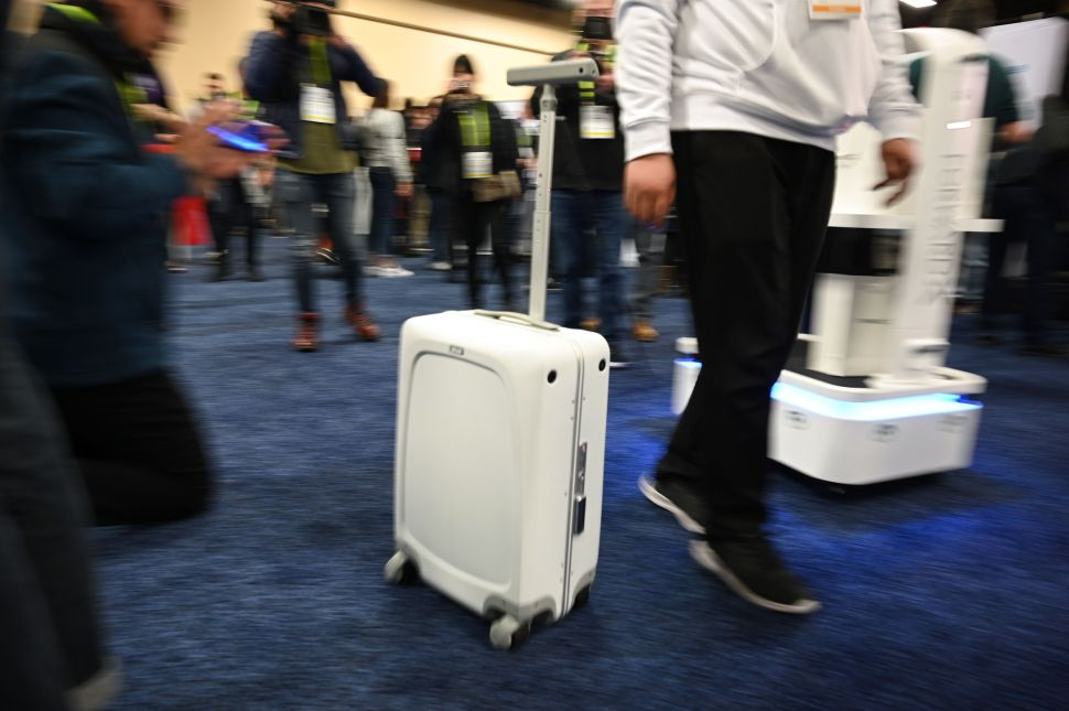 Ovis suitcase by ForwardX Robotics.