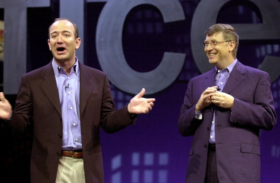 Amazon founder Jeff Bezos (L) and Microsoft founder Bill Gates (R) in 2001.