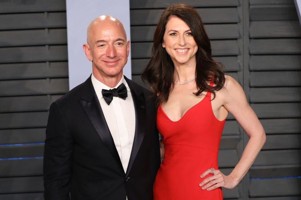 Jeff Bezos (L) and MacKenzie Bezos attends the 2018 Vanity Fair Oscar Party