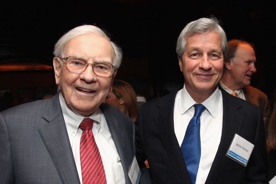 Berkshire Hathaway CEO Warren Buffett (L) and JPMorgan Chase CEO Jamie Dimon.