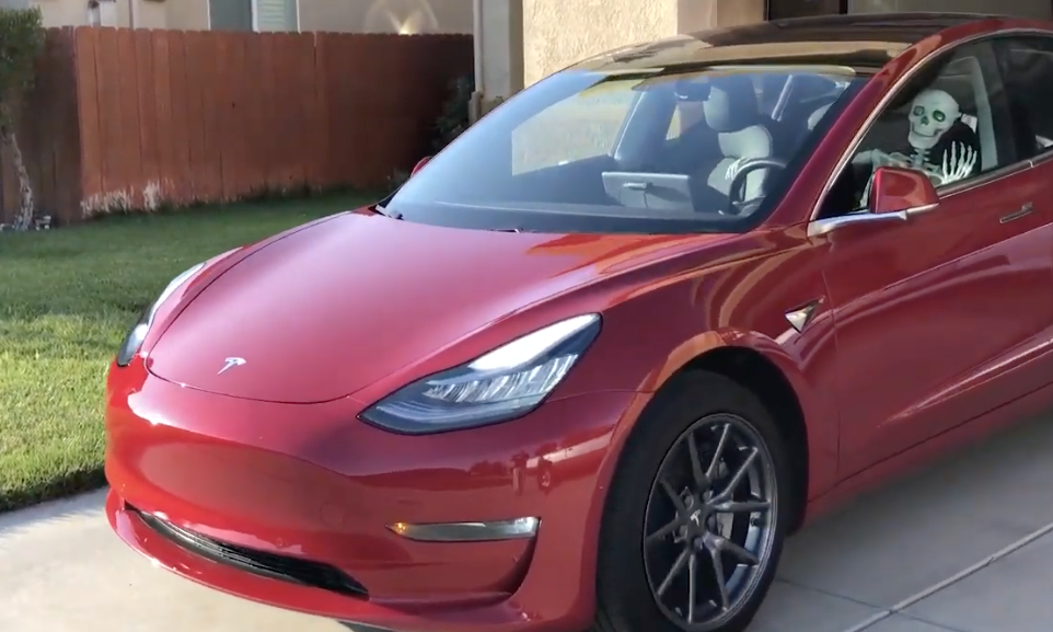 A Tesla owner plays with Tesla's Smart Summon feature and brings along a Halloween vibe.